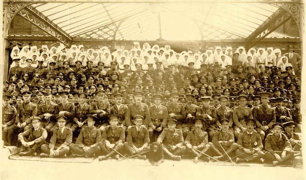 dersb-100144-14-soldiers-outside-buxton-hydro-ww1