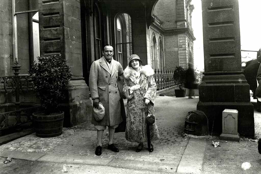 Douglas Fairbanks Sr and Mary Pickford outside Palace Hotel